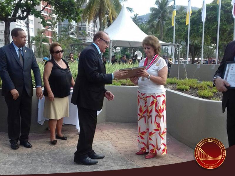 No Aniversário de São Vicente, nossa presidente recebe medalha 'Pérsio de Souza Queiroz Filho'